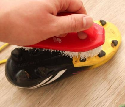 Come posso pulire le mie scarpe da calcio?